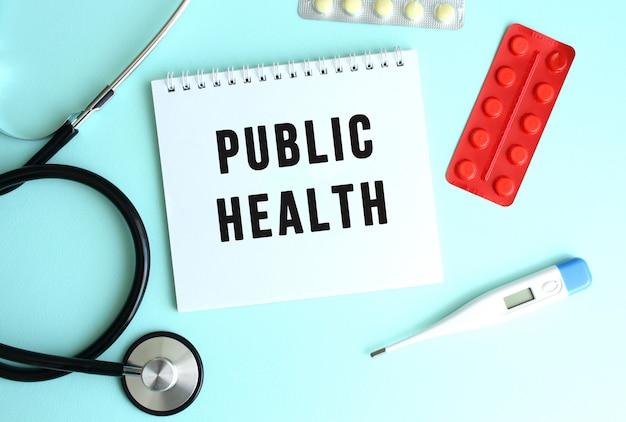 Public health라는 텍스트는 파란색 배경에 청진기와 알약 옆에 있는 흰색 메모장에 쓰여 있습니다.