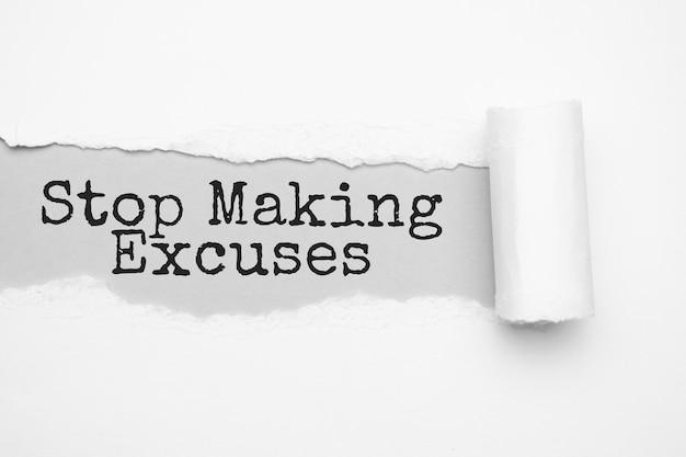찢어진 갈색 종이 뒤에 나타나는 stop making excuses 텍스트