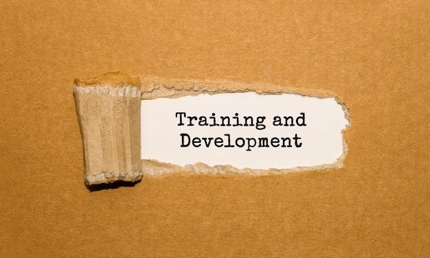 Текст «обучение и развитие» за рваной оберточной бумагой