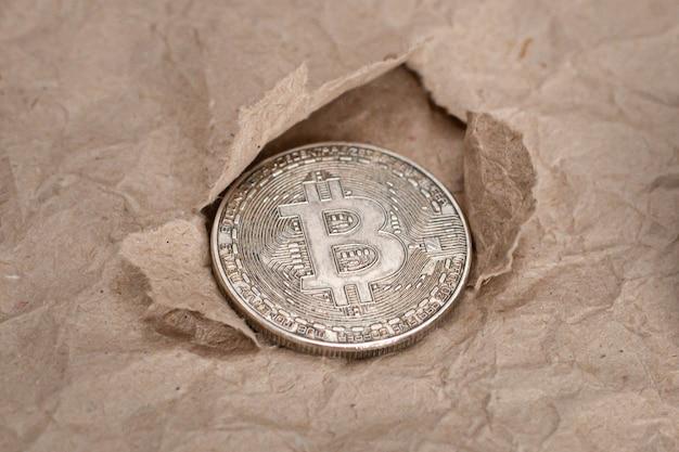 テクスチャしわくちゃのクラフト紙とビットコイン