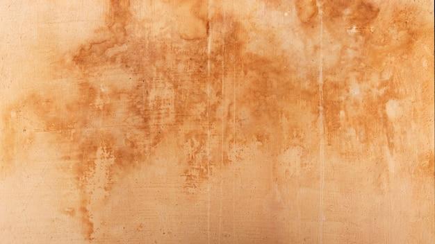 노란색이 있는 오래된 콘크리트 벽의 질감은 물과 분리됩니다. 베이지색 그런 지 배경입니다. 거칠고 손상된 빈티지 석고