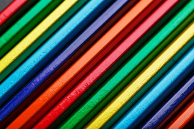 여러 색연필의 질감이 전체 화면에서 클로즈업됩니다. 배경으로