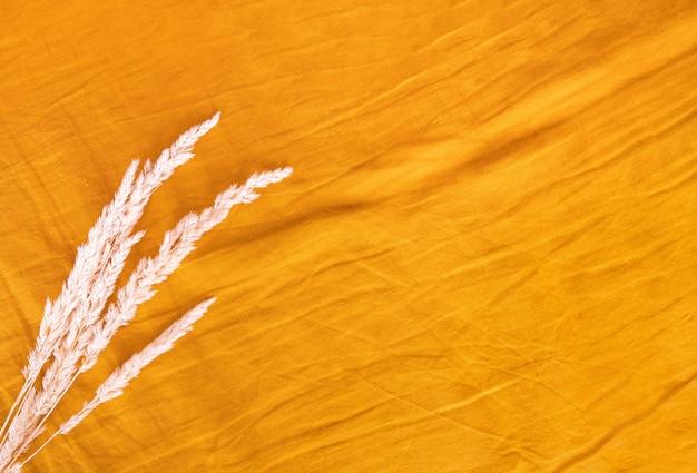 Текстура натуральной желтой морщинистой льняной ткани. постельное белье. минималистичный фон. плоская планировка, вид сверху.