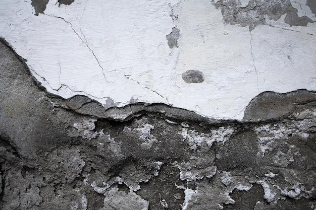 벗겨진 페인트와 금이 간 벽의 질감