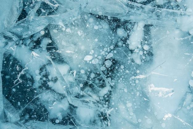 Текстура чистого голубого замороженного треснувшего льда озера байкал.