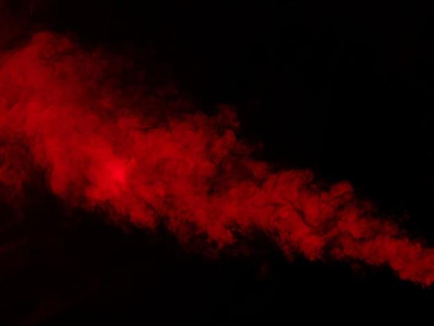 黒の背景に赤い煙のテクスチャ。閉じる