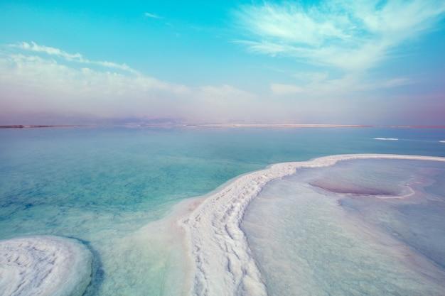 Текстура мертвого моря. соленый берег моря. израиль