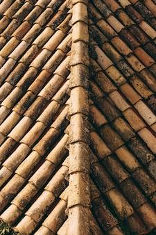 Текстура старой коричневой черепицы на крыше здания