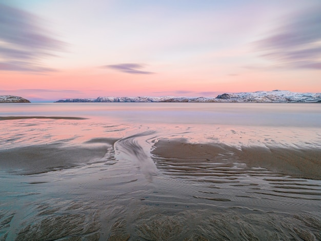 日没時の干潮時の海浜の砂の質感