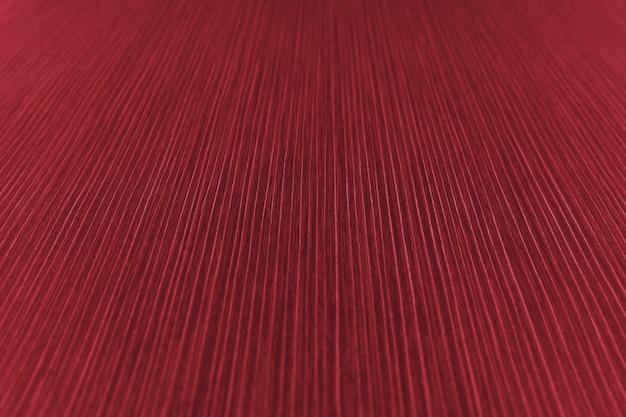 赤い色合いの縞模様の紙の質感