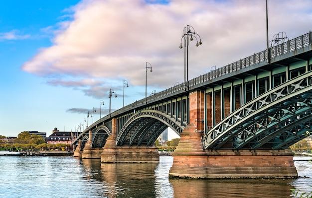 Мост теодора хойса через реку рейн, соединяющий висбаден и майнц в германии.