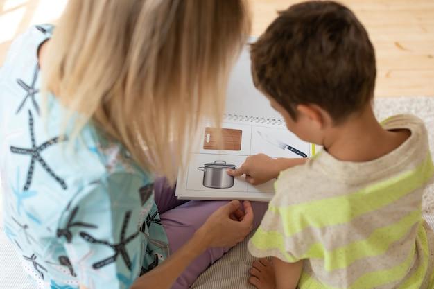 치료사는 논리 카드를 사용하여 아이와 교육 게임을 한다