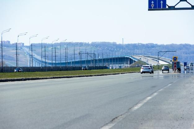 러시아에서 세 번째로 긴 다리입니다. 울리야노프스크에서 겨울에 대통령 다리의 보기.