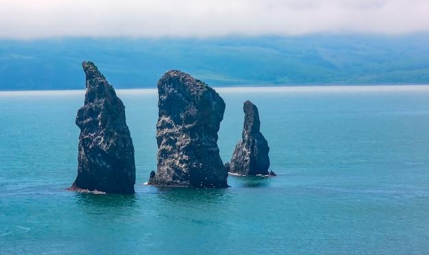 Avacha Bay의 Three Brothers Rocks. 캄차카 반도 프리미엄 사진