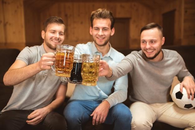 세 친구는 맥주와 함께 잔을 부딪친다.