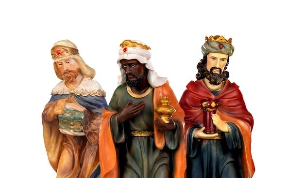 Три мудреца. керамические фигуры, изолированные на белом фоне