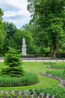Tiergarten, 베를린 중심부의 녹색 아름다운 공원, 녹색 잔디 및 아름다운 꽃을 걸어보세요.
