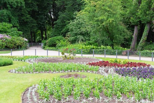 Tiergarten, 베를린 중심부의 녹색 아름다운 공원, 녹색 잔디와 아름다운 꽃을 걸어보세요.