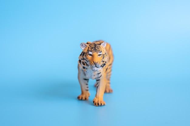 2022년을 상징하는 호랑이. 파란색 배경에 플라스틱 주황색 장난감 그림 호랑이