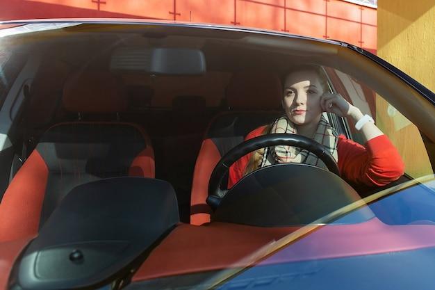 車の中で疲れた女性、動揺
