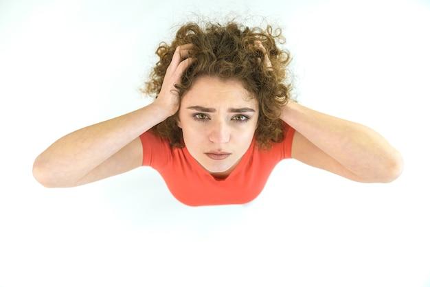 疲れた女性はカメラを見る。上から見る