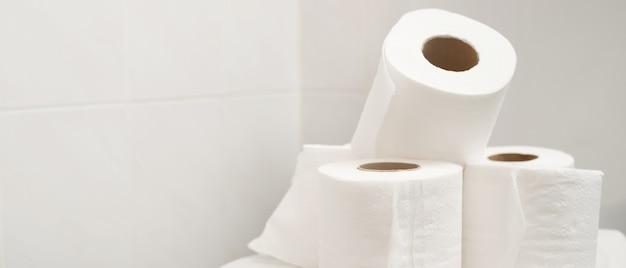 ティッシュペーパーは、バスルームの便器に置かれました。