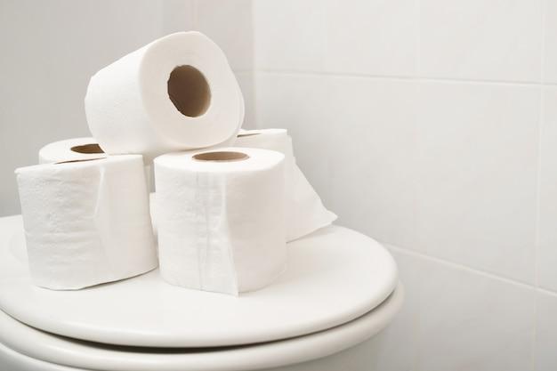 화장실 변기에 휴지를 깔았습니다.