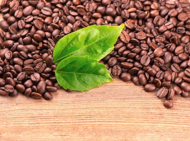 Поджаренные ароматные зерна. текстура кофейных зерен.