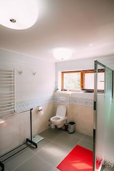 욕실의 화장실 욕실의 내부