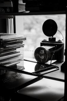 거울 앞의 데스크탑에 있는 이발사의 도구