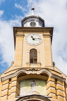 日中のブラショフの教会の頂上