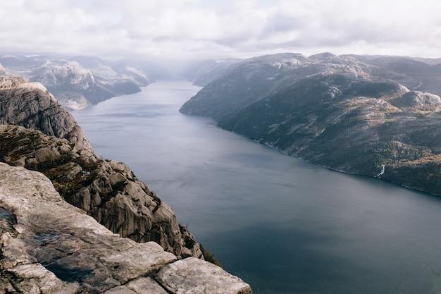 Вершина горы прекестулен (кафедра) в норвегии Premium Фотографии