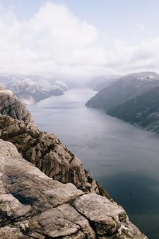 노르웨이의 preikestolen 산 (pulpit rock) 정상