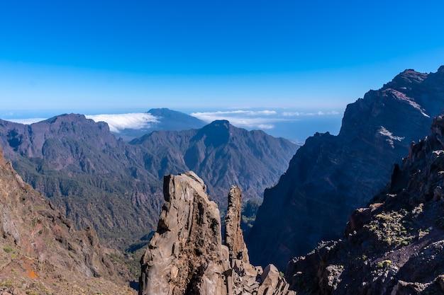 Однажды летним днем на вершине вулкана кальдера-де-табуриенте возле роке-де-лос-мучачос, ла-пальма, канарские острова. испания