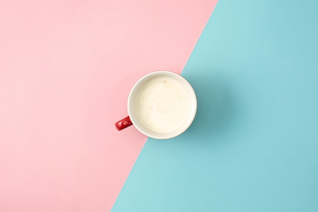 Вид сверху чашки йогурта фона