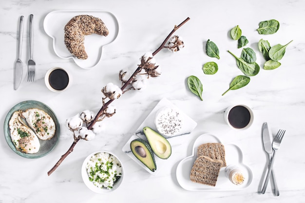 흰색 대리석 테이블에 슈퍼 푸드의 상위 뷰. 평평하다. 다양한 채소 재료와 채식주의자를위한 건강 식품. 아침 식사 테이블.