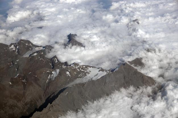 높은 산과 그들을 덮고 있는 구름의 상위 뷰