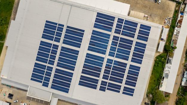 드론으로 찍은 지붕에 태양 전지의 평면도