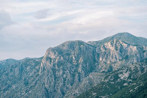 코 토르 베이의 몬테네그로에있는 보카 코 토르 스카의 록키 산맥 꼭대기