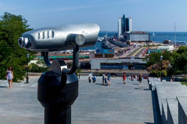 화창한 날에 해변을 가리키는 관광 쌍안경. 오데사의 해안 도시의 놀라운 풍경입니다.