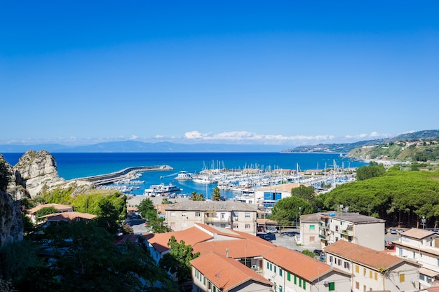 트로 페아 관광 항은 티레 니아 해안의 정박지입니다.