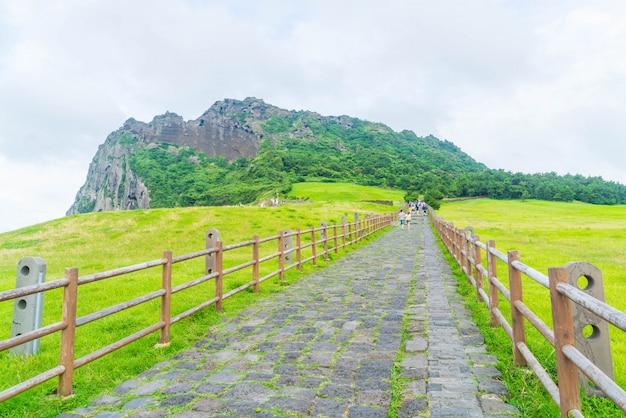 관광객은 제주에서 유명한 경치 좋은 성악 산을 방문했습니다.