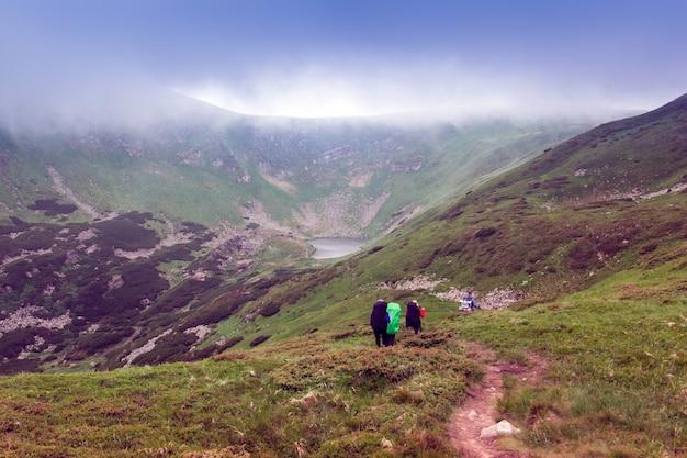 Туристы поднимаются на вершину гор.
