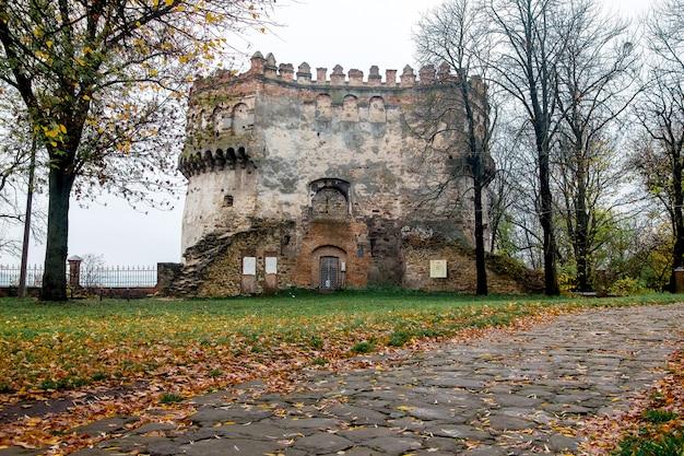 Башня, остатки древней крепости в остроге, украина. поздняя осень