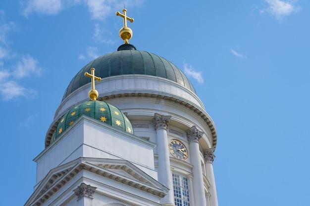 Башни собора в хельсинки на фоне голубого неба.