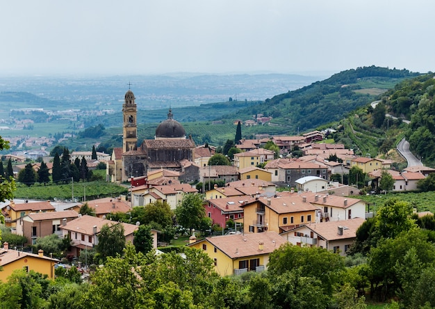 上から見たヴェローナ県のマラーノディヴァルポリチェッラの町