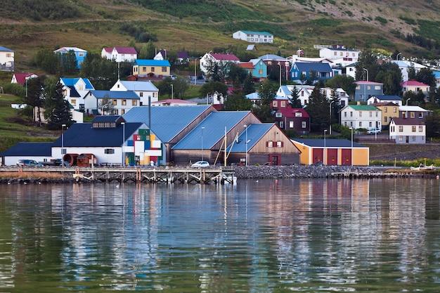 アイスランド北部のシグルフィヨルズルの町。横ショット