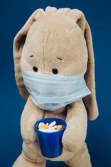 おもちゃのウサギは保護用の医療用マスクを着用しています。