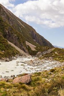 뮬러 호수의 남 알프스의 녹색 계곡 사이 트랙 언덕 사이의 강 남섬 뉴질랜드