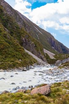 뉴질랜드 남섬 뮬러 호수 남 알프스의 녹색 계곡 사이의 트랙